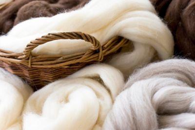 Mantel Waschen, verschiedene Wollarten in einem Korb