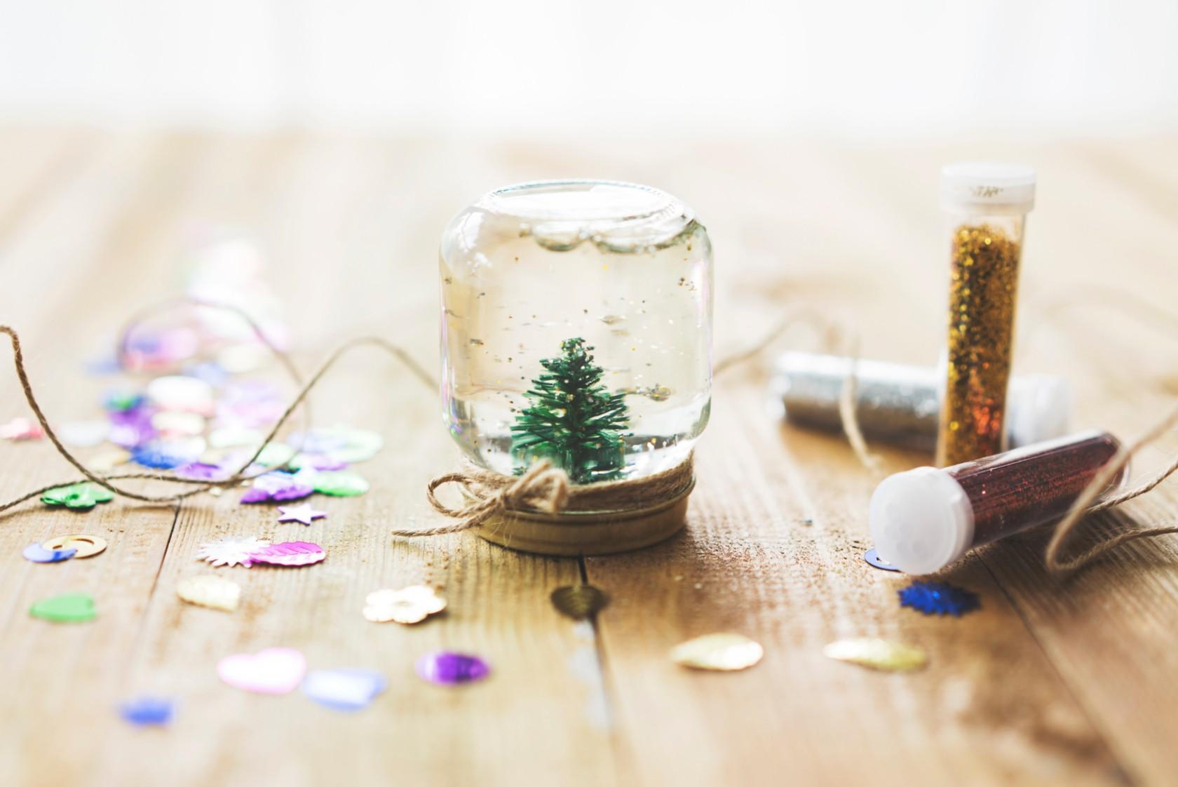 Weihnachtsdeko selbst basteln, kleiner Tannenbaum in einem Glas