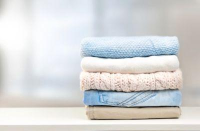 Silikon entfernen, Kleidung aufgestapelt