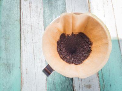 Kaffeesatz, braunes Kaffeepulver im Filter