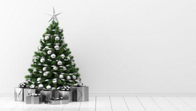 Tannenbaum aufstellen, ein geschmückter Tannenbaum unter dem Geschenke liegen