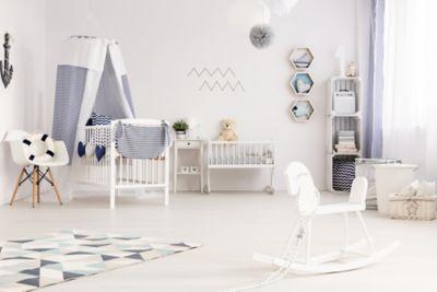 Kinderzimmer aufräumen, weiß-blaues Kinderzimmer