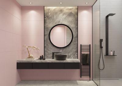 Spiegel reinigen, ein Spiegel hängt in einem pinken Badezimmer