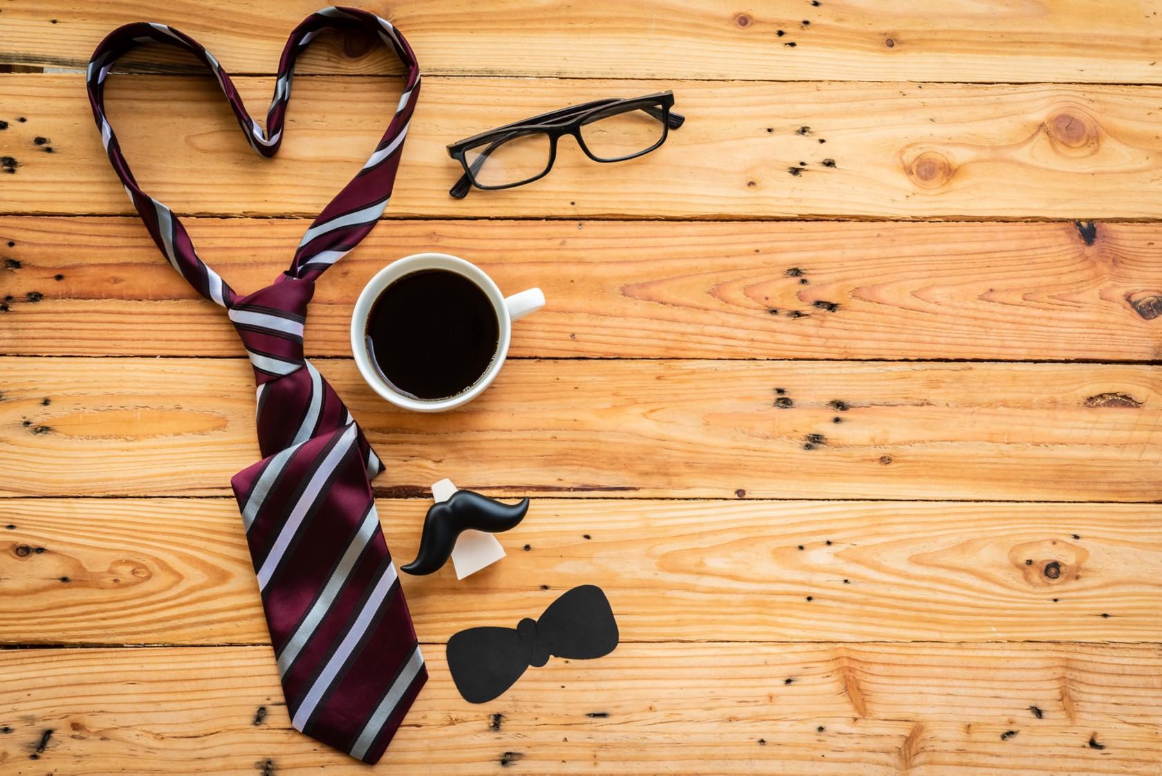 Krawatte reinigen, rote Krawatte liegt auf einem Holzboden