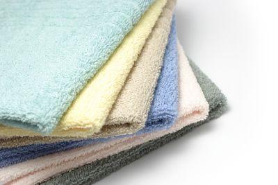 Putzlappen reinigen, verschiedene Putzlappen liegen auf einem Stapel
