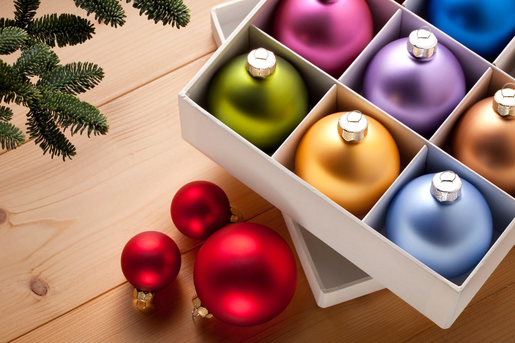 Tannenbaumentsorgung, Weihnachtskugeln liegen in einer Box