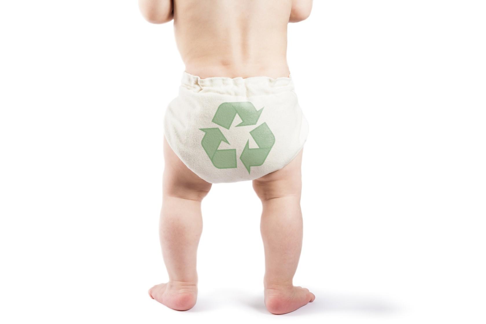 Umweltfreundliche Windeln, Baby trägt Windel mit Recycling-Logo