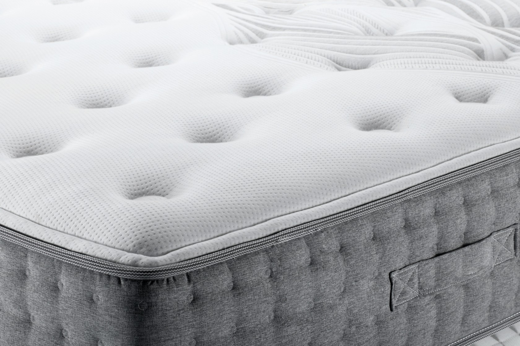 Matratzenbezug reinigen, ein grau-weißer Matratzenbezug mit Reißverschluss