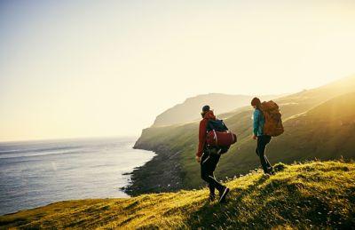 Minimalismus auf Reisen, zwei Personen wandern in der Natur