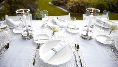 weiß eingedeckter Tisch draußen