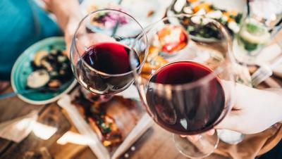 2 Gläser mit Rotwein