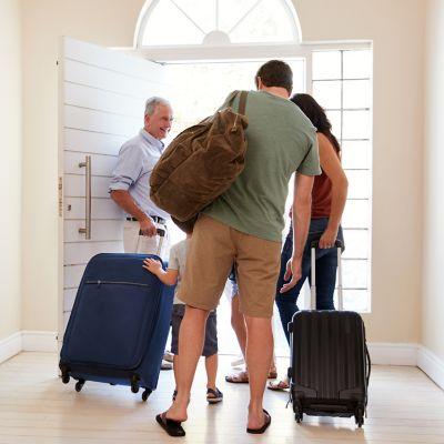 Eine Familie fährt in den Urlaub