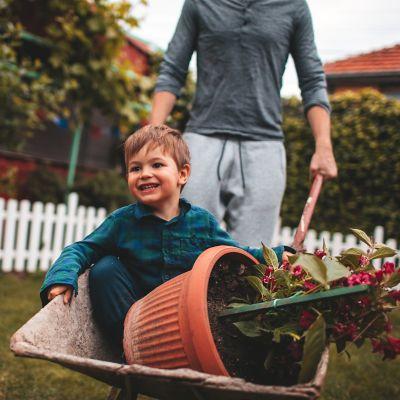Den Garten winterfest machen, Mann mit Kind im Garten