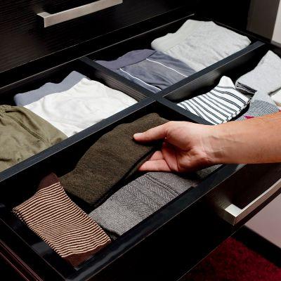 Den Schrank für die kalte Jahreszeit umräumen, eine sortierte Schublade mit Unterwäsche