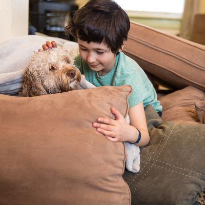 Mach es dir gemütlich: Kissenburg mit Kind und Hund