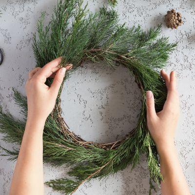 Selbstgemachte Weihnachtsdeko – moderner Kranz – Kranzform binden