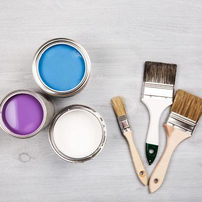 Vorbereitungen zum Streichen der Wände – Pinsel und Farbe