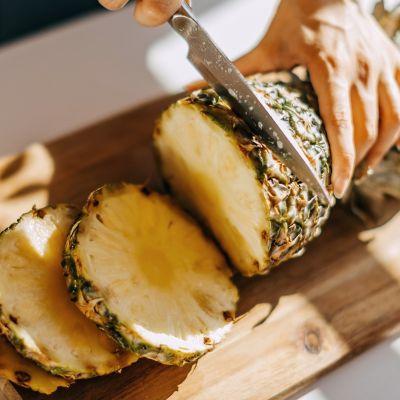 Jak prawidłowo pokroić ananasa
