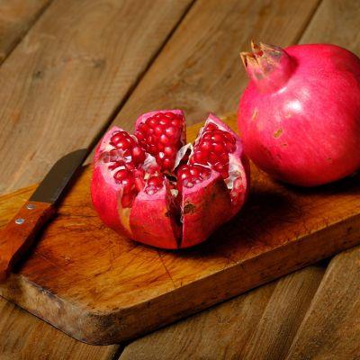Wie schneidet man einen Granatapfel auf