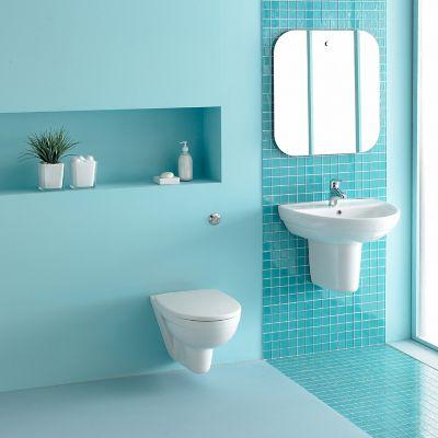 Toilette reinigen, türkisfarbenes Badezimmer mit Toilette
