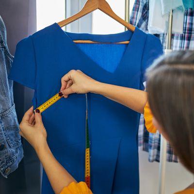 Jak zrobić sukienkę z koszulki, wymierzyć koszulkę taśmą mierniczą.