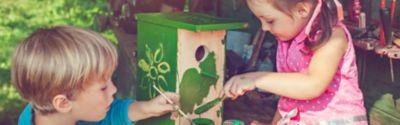 Vogelhaus bauen, Kinder bemalen Vogelhaus