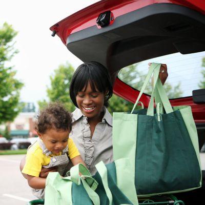 Ökobilanz Elektroauto, Frau mit Baby holt Einkauf aus ihrem Auto