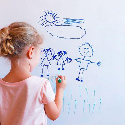 Edding entfernen, Blondes Mädchen malt mit Filzstiften