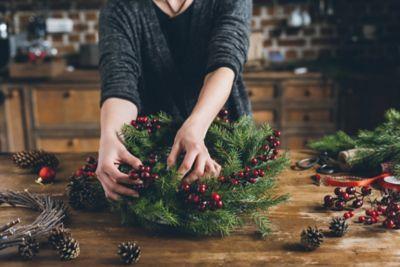 Adventskranz selber machen, benötigte Materialien auf einem Tisch