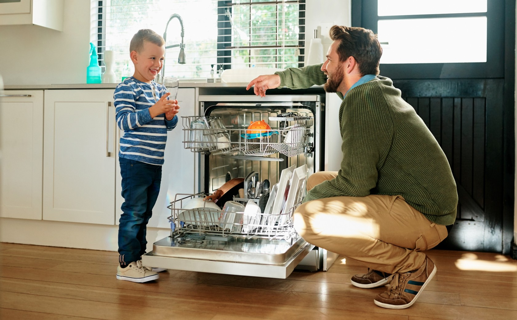 Dad and child dishwasher