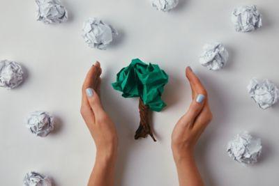 Papiermüll reduzieren Papier-Baum mit Händen