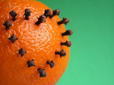 Schlechte Gerüche im Haus entfernen: Eine Orange gespickt mit Gewürznelken hilft.