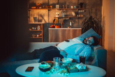 Haushaltstipps Mann faulenzend auf Sofa