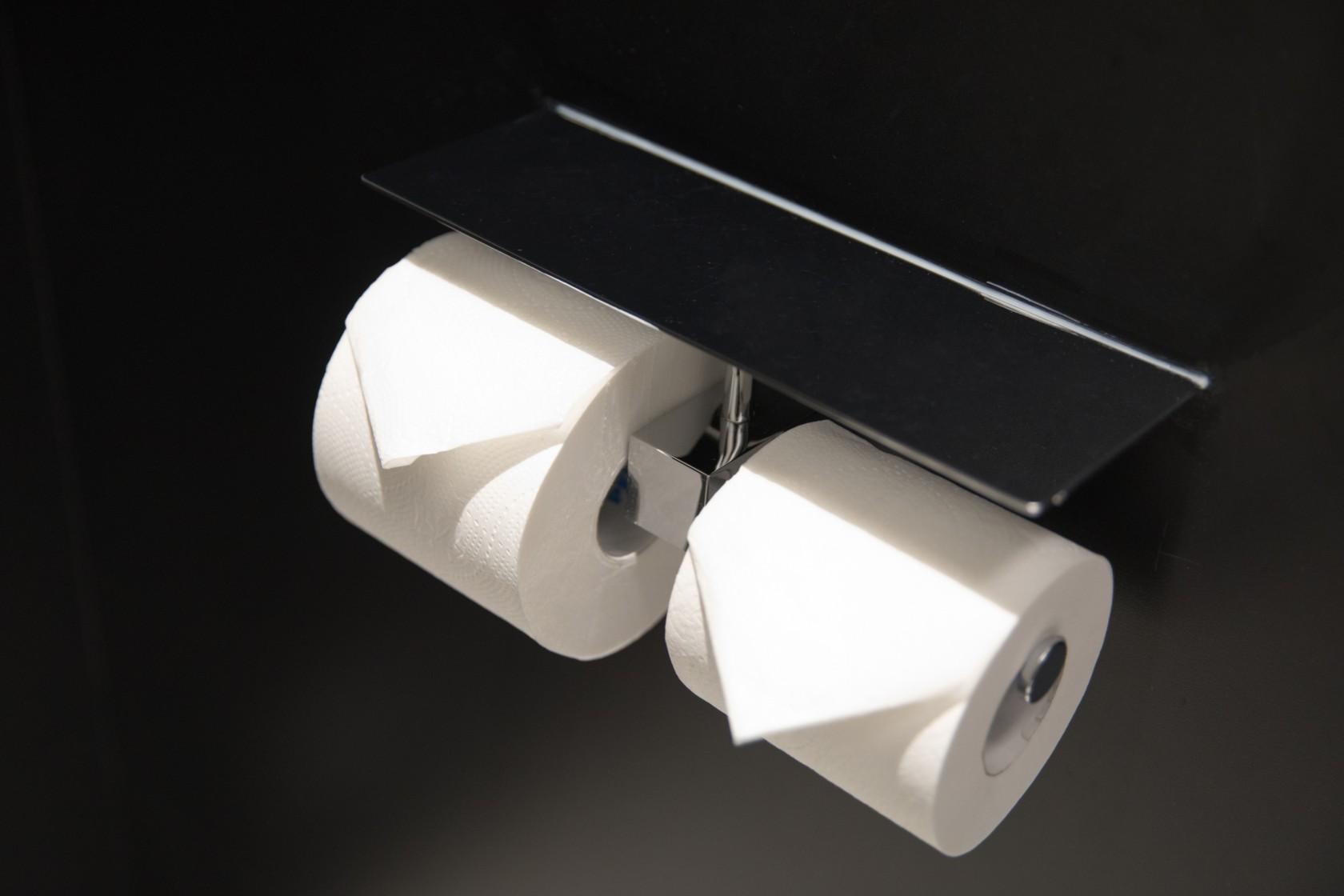 Toilettenpapierrollen auf einem Halter mit zum Dreieck gefaltetes erstem Blatt