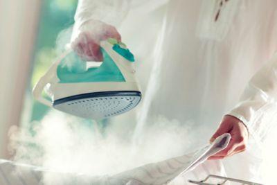 Hemd bügeln mit Bügeleisen