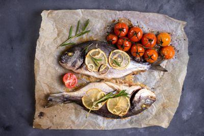 Gegrillter Fisch in Backpapier