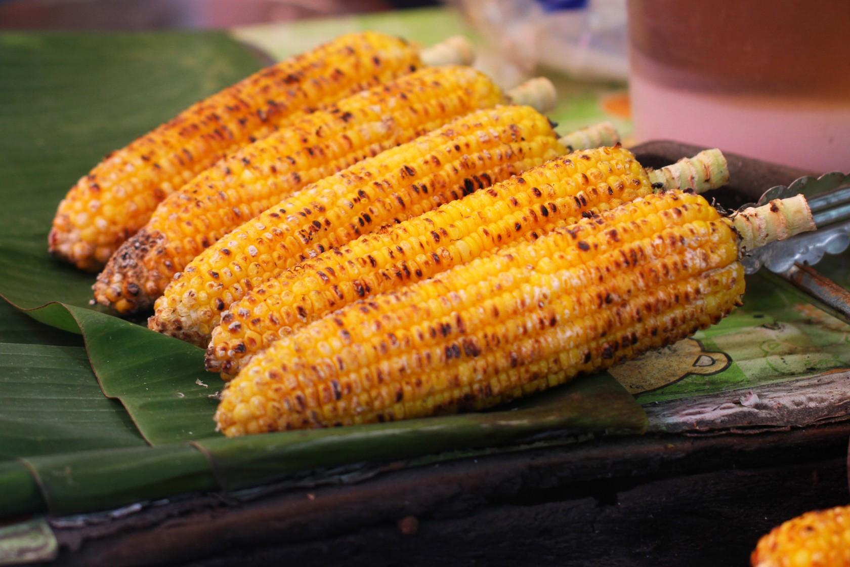 Gegrillte Maiskolben auf Bananenblättern