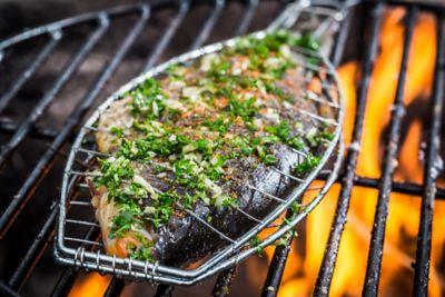 Fisch in Grillgitter auf dem Grill