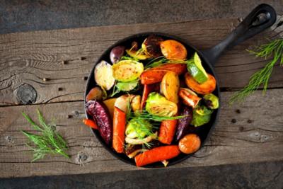 Pfanne aus Gusseisen gefüllt mit gegrilltem Gemüse