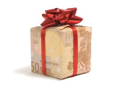 50 Euro Geldschein ist zu einer Geschenkbox gefaltet worden