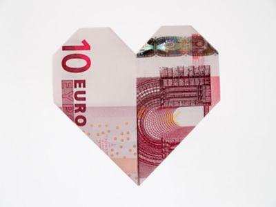 Zehn Euro Geldschein wurde zu einem Herz gefaltet