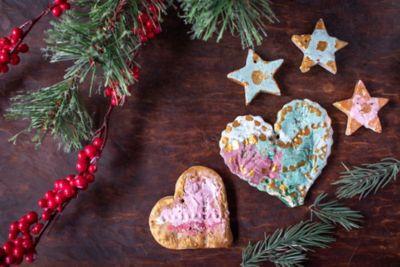 Herzen- und Sternenweihnachtsbaumhänger aus Salzteig sind arrangiert mit winterlicher Deko