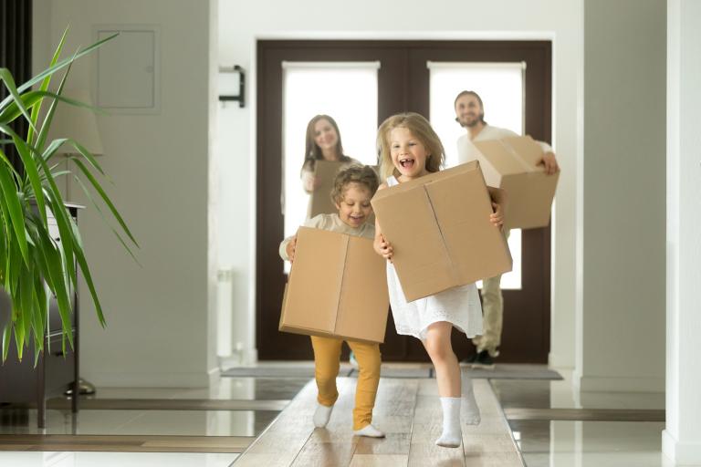 Wohnung entrümpeln Familie mit Kartons