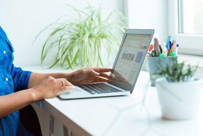 Schreibtisch organisieren Frau am Laptop