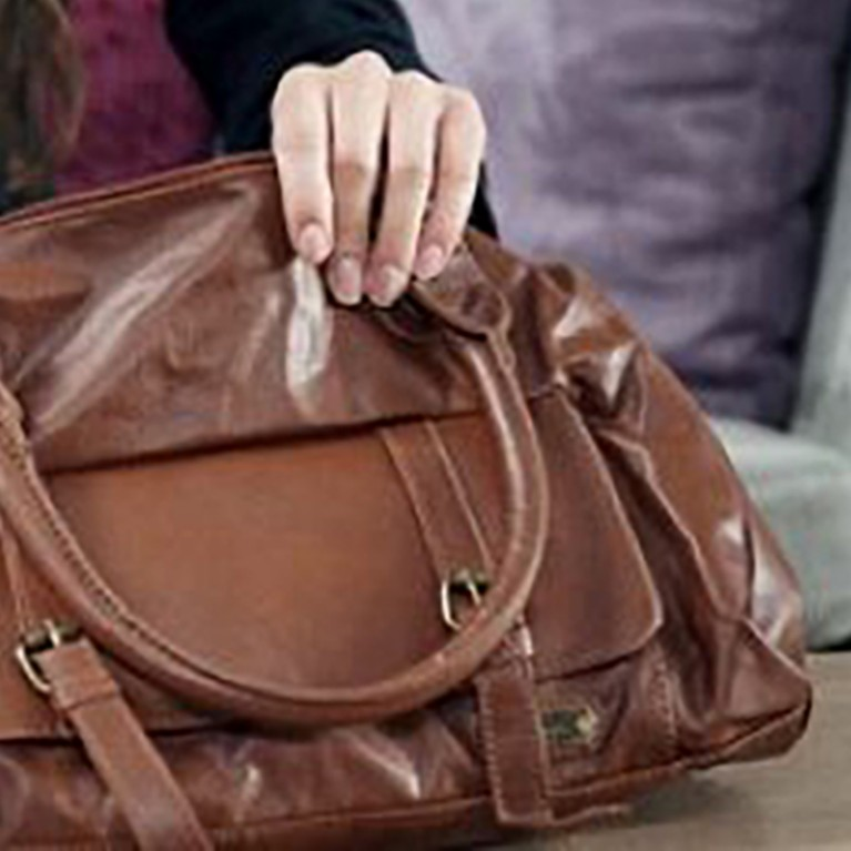 Como consertar uma bolsa de couro?