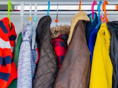 Frühjahrsputz Flur, Jacken die auf Bügeln hängen.