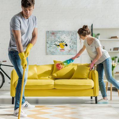 Wiosenne porządki w salonie: para sprząta swój salon