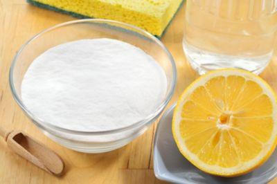 Waschmaschine reinigen mit Hausmitteln, Natron mit Zitrone und kleinem Holzlöffel
