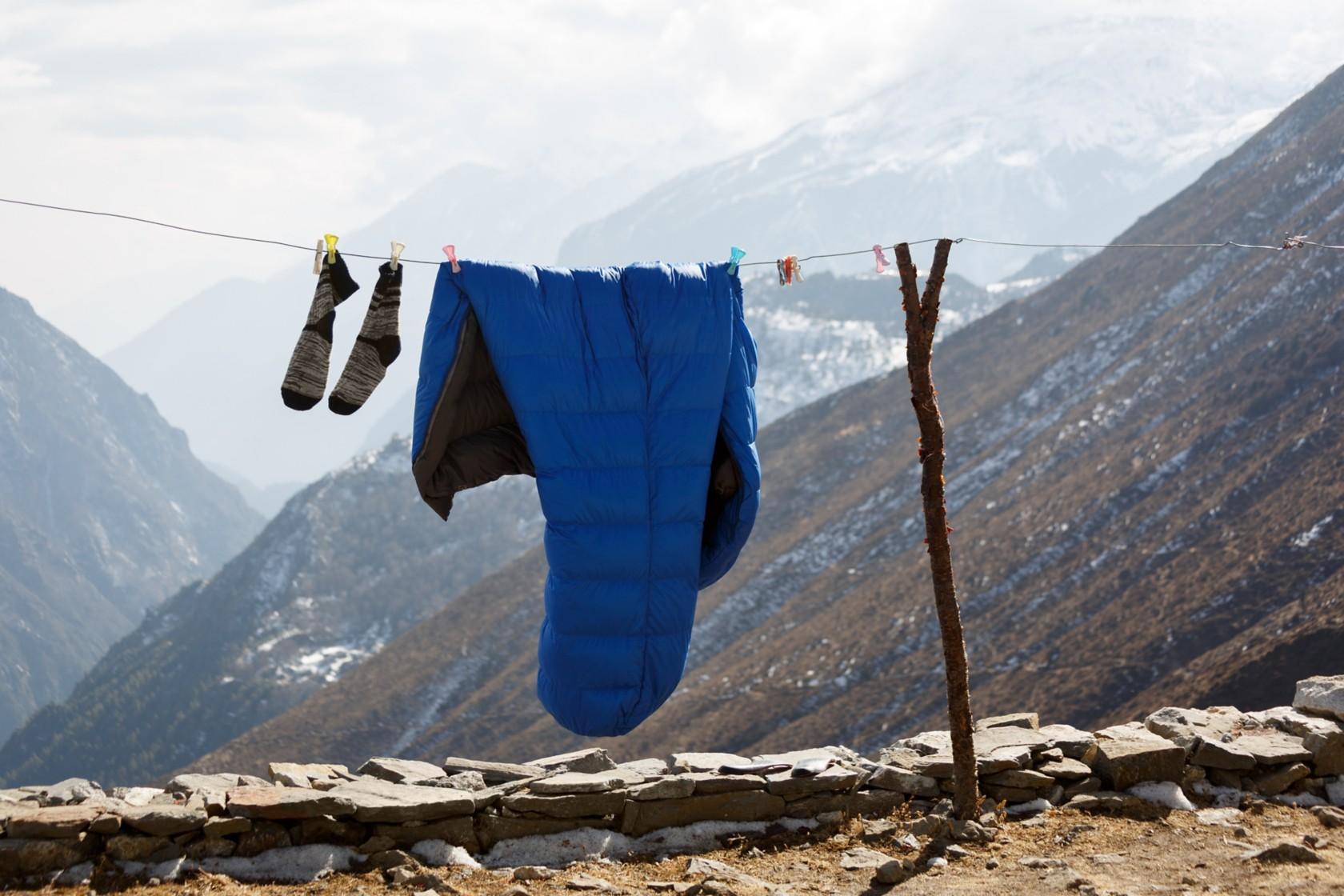 Daunenschlafsack waschen, Schlafsack an der Wäscheleine