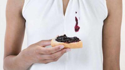 Marmeladenflecken auf einem weißen Shirt aus Polyester.